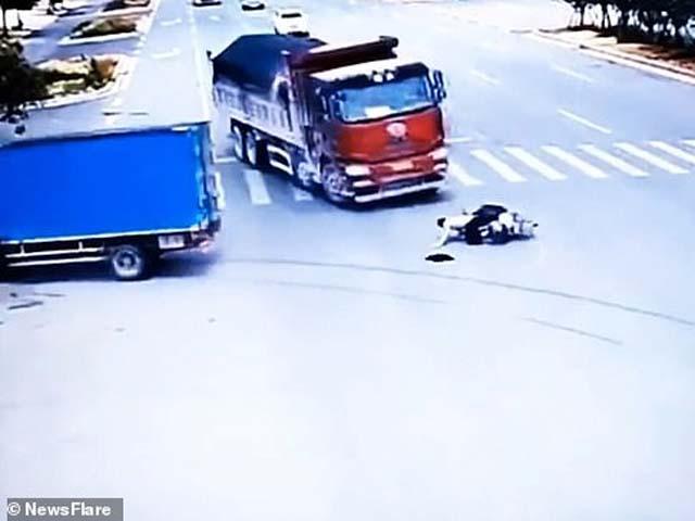 Kỳ diệu: Nam thanh niên sống sót sau khi suýt bị hai xe tải tông trúng