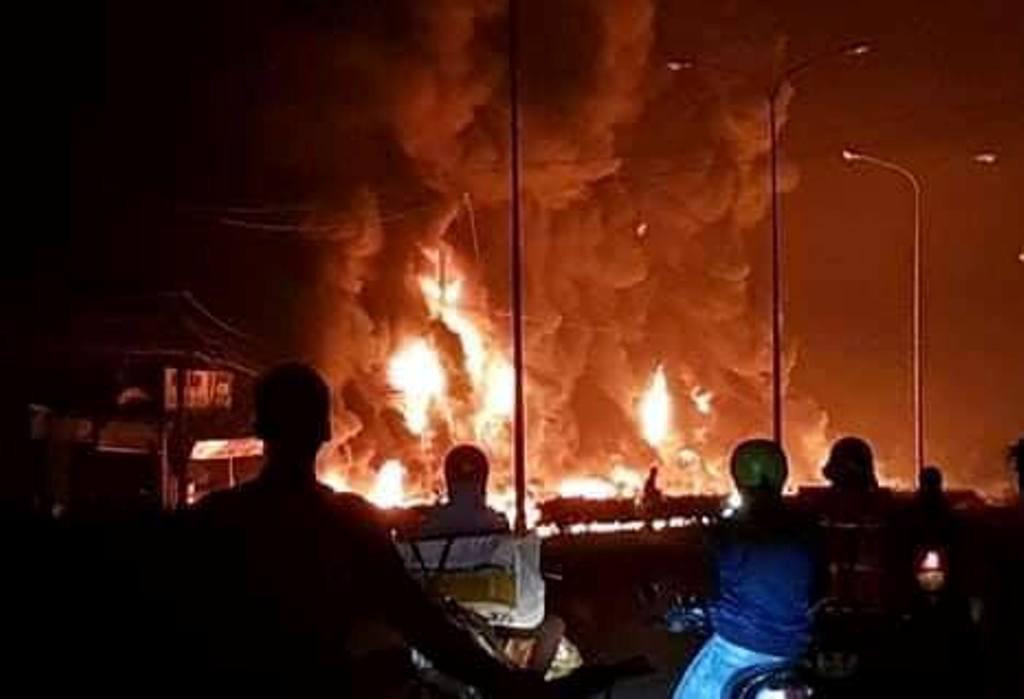 Xe bồn chở xăng lật, 6 người chết cháy ở Bình Phước: Tài xế xe ba gác nói gì? - 1