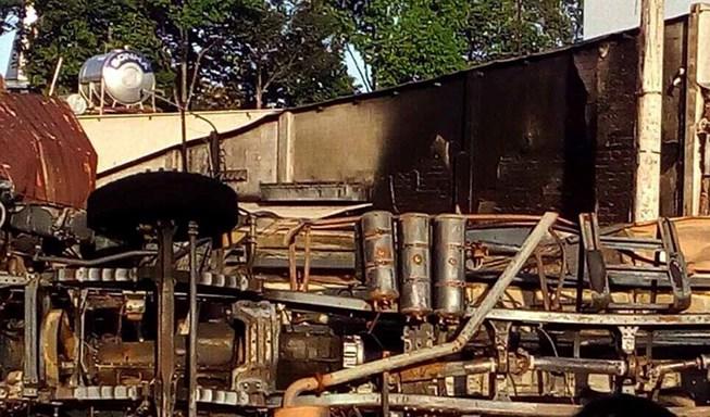 Xe bồn chở xăng lao vào nhà dân bốc cháy, 6 người chết - 1