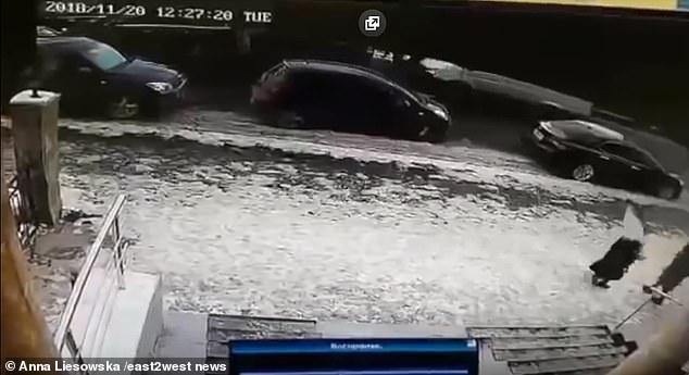 Kazakhstan: Đang đi bộ bị vật lạ rơi trúng, gần như mất đầu hoàn toàn - 1