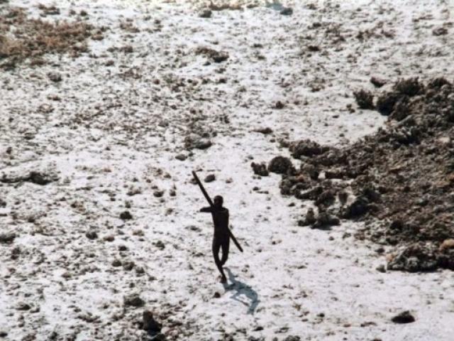 """Vì sao thế giới nên tránh xa bộ lạc nguyên thủy """"thấy người lạ là giết""""?"""