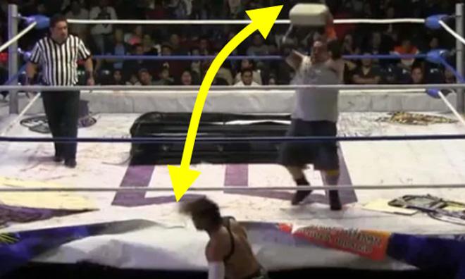 Sợ hãi đấu vật: Dùng bê tông ném thẳng vào đầu đối thủ - 1