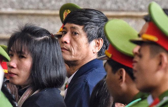 Cựu tướng Nguyễn Thanh Hóa bất ngờ rời khu xét xử, đi bệnh viện - 1