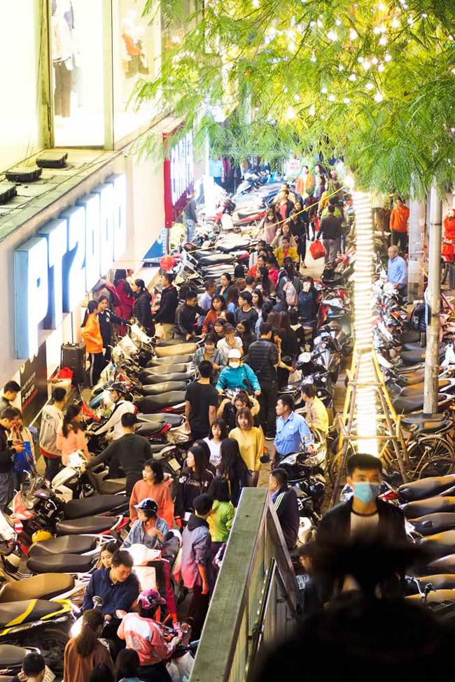 Black Friday - là ngày hội giảm giá được tín đồ mua sắm cả thế giới ngóng đợi. Tất cả sản phẩm từ thời trang đến đồ điện tử đều được giảm giá sâu.
