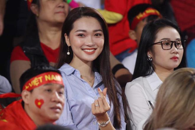 """Fan girl sexy và """"bạn gái tin đồn"""" Văn Đức rạng rỡ cổ vũ tuyển Việt Nam - 1"""