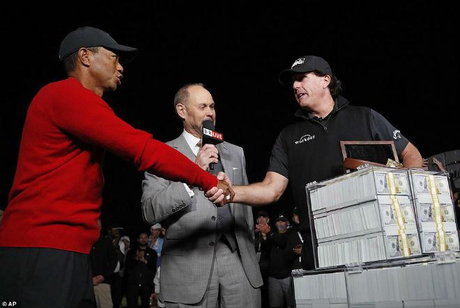 """Đại chiến golf """"2 tỷ đô"""": Tiger Woods chơi đẹp với đối thủ & cái kết sốc - 1"""