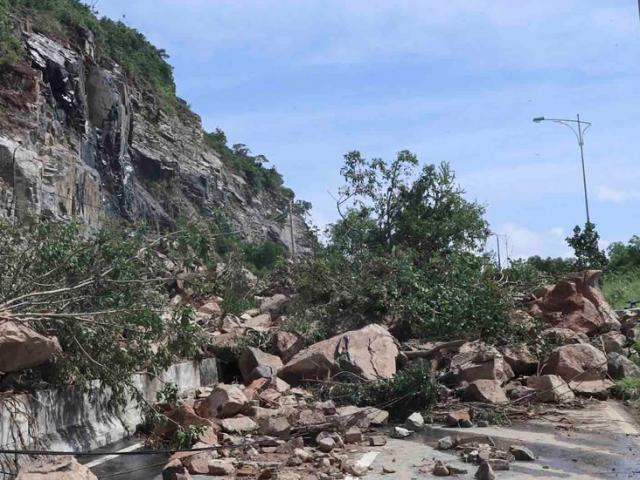 Đại lộ đi sân bay quốc tế Cam Ranh tê liệt vì đất đá