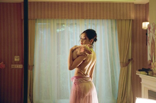 Mới đây nữ ca sĩ Chi Pu gây sửng sốt khi tung ra clip giới thiệu MV ca khúc mới. Trong vài giây ngắn ngủi, Chi Pu để lộ cơ thể bán nude, tay ôm một chú lợn cảnh.