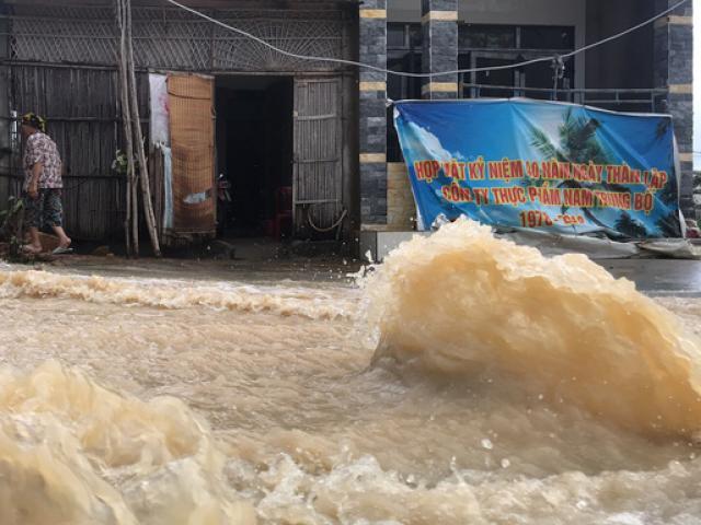 """Đường ở Nha Trang biến thành """"suối"""", đá tảng lăn đầy đường"""