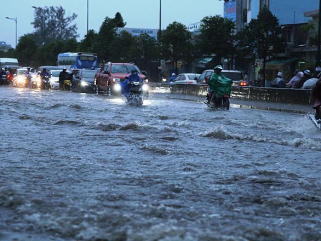 """Bão số 9 lướt qua, Sài Gòn mưa """"tối tăm mặt mũi"""", cả thành phố như thành sông"""
