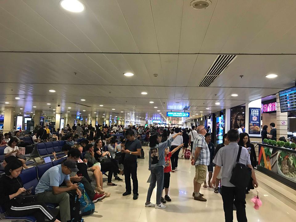 Bão số 9 khiến hàng loạt chuyến bay trễ giờ, hàng trăm người vạ vật tại sân bay Tân Sơn Nhất - 1