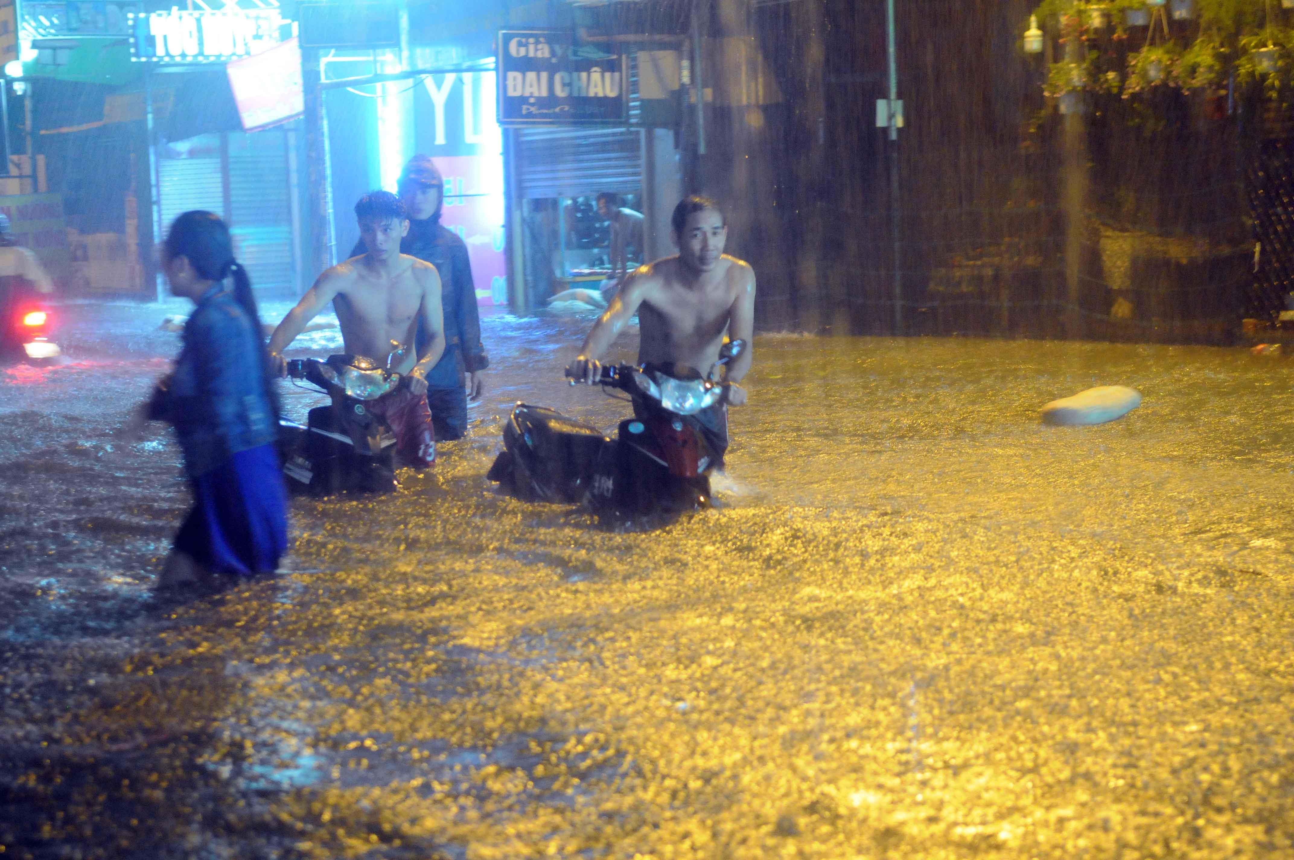 """Mưa lớn khủng khiếp hàng giờ, người Sài Gòn """"bơi"""" trong biển nước sâu cả mét - 1"""