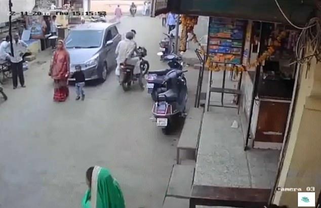 Video: Mẹ và bé trai đang đi bộ trên đường, bị xe lao tới cán qua người - 1
