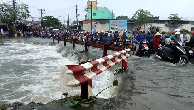 Thanh niên ở Sài Gòn bị nước cuốn mất tích sau trận mưa khủng khiếp - 1