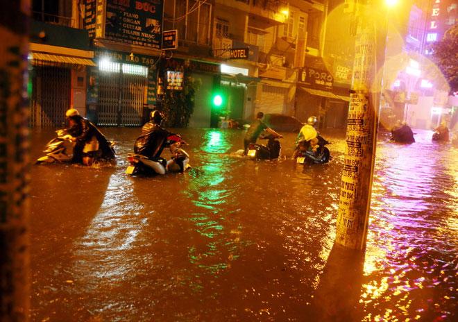 TP.HCM mưa khủng khiếp sau bão số 9: Chuyên gia khí tượng thủy văn nói gì? - 1