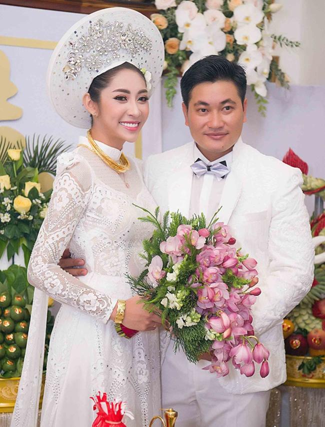 Ngày 26.11, Hoa hậu Đại dương 2014 - Đặng Thu Thảo tổ chức hôn lễ với chú rể là doanh nhân Phúc Thành tại quê nhà ở Cần Thơ. Trong lễ vu quy, người đẹp được mẹ ruột trao của hồi môn trước khi về nhà chồng.
