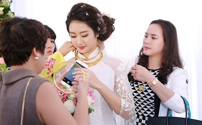 Người đẹp Hải Phòng được tặng nhiều vòng kiềng bằng vàng trong lễ thành hôn.