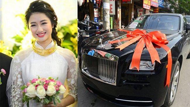 Hoa hậu Bản sắc Toàn Cầu Thu Ngân đeo vàng trĩu cổ trong ngày cưới vào tháng 9.2017. Ngoài ra, cô còn được ông xã đại gia tặng xế hộp siêu sang Rolls-Royce trị giá hơn 30 tỷ đồng.