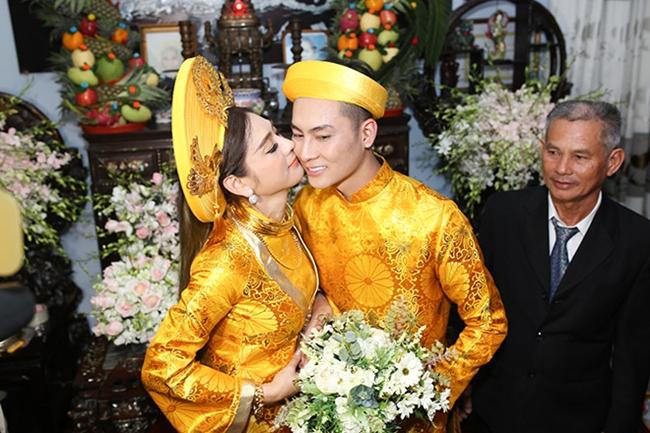 Cuối năm 2017, Lâm Khánh Chi tổ chức đám cưới với bạn trai Trần Phi Hùng. Nữ ca sĩ chuyển giới đeo nhiều vòng kiềng bằng vàng là của hồi môn do cha mẹ, người thân hai bên tặng.