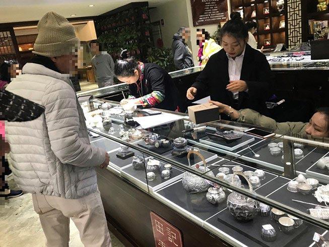Du khách Việt bạo tay mua sắm ở nước ngoài - 1