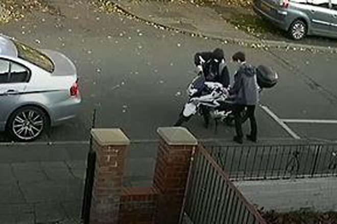 Nhanh như chớp, trộm xe máy chỉ trong vỏn vẹn 20 giây - 1