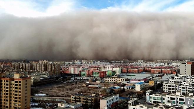 """Thành phố Trung Quốc bị tường cát cao 100m """"nuốt chửng"""" sau 5 phút - 1"""