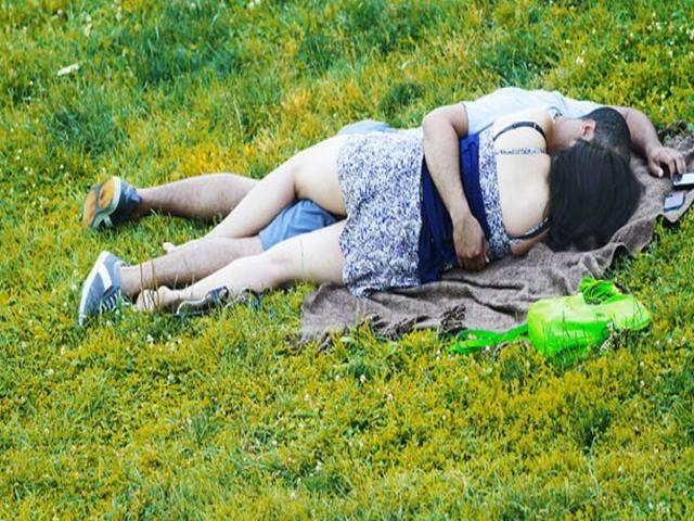 """""""Yêu đương"""" nóng bỏng ngay giữa công viên, cặp đôi gặp cái kết đắng"""