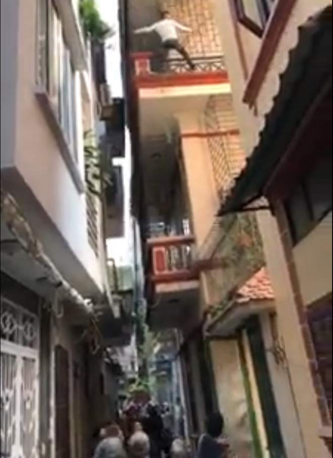 The neighbor is ascending a wall to the third floor as a cedar - 1