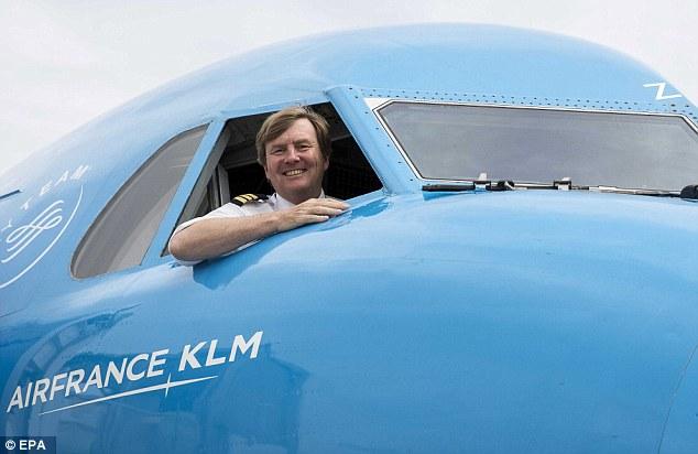 131 hành khách đi Boeing gần 3 giờ mới biết đức vua đích thân lái - 1