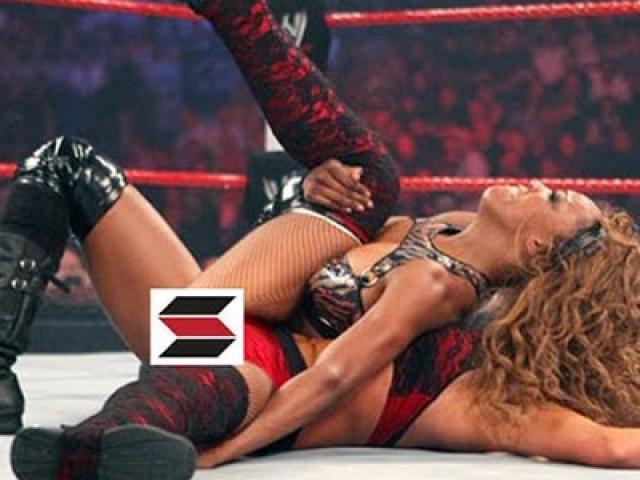 """Đỏ mặt """"nữ thần"""" WWE: Đánh quá hăng, hở điểm """"nhạy cảm"""""""
