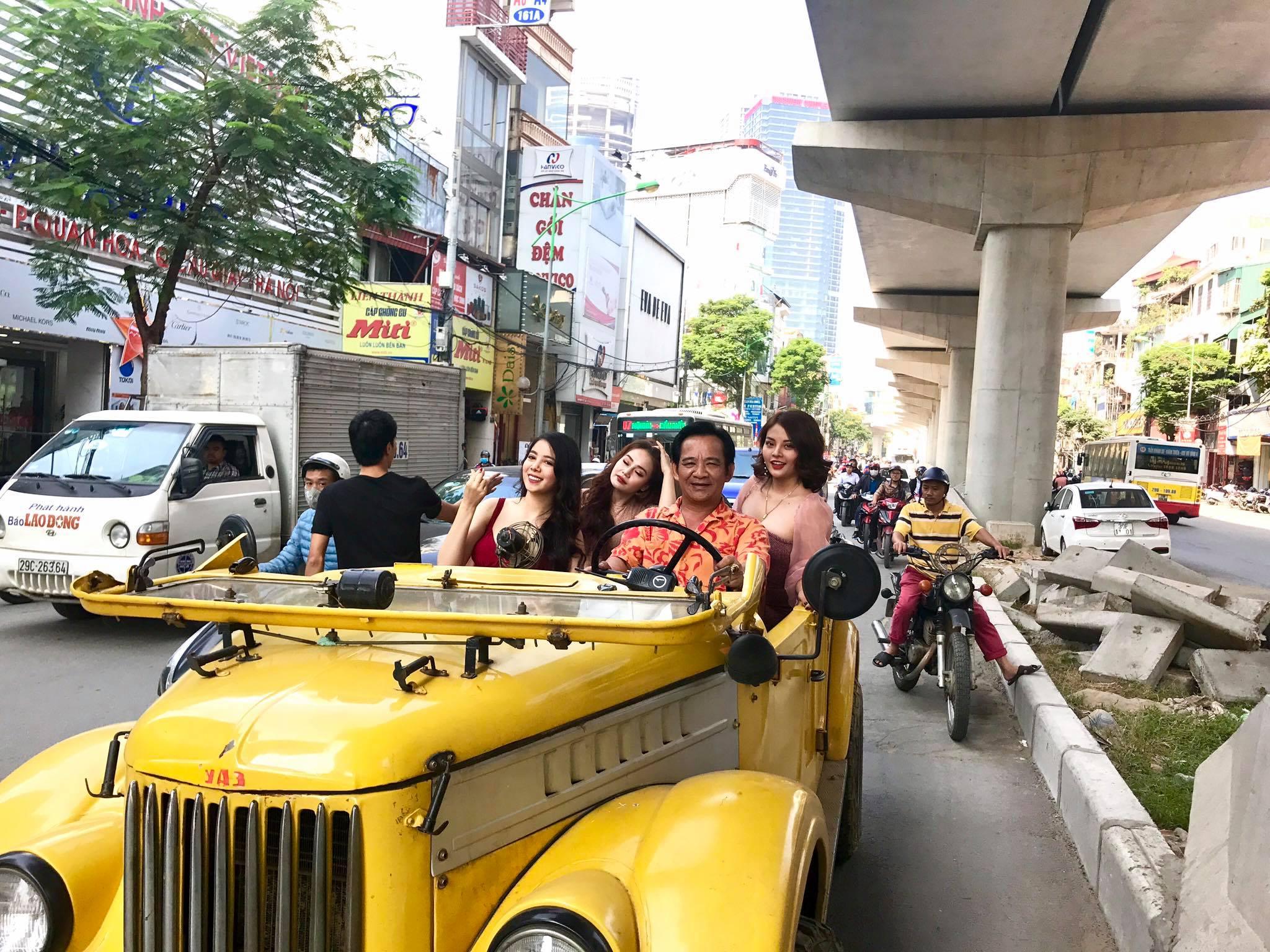 """Quang Tèo lái """"siêu xe"""" diễu phố cùng 3 chân dài sexy náo loạn khu Cầu Giấy - 1"""