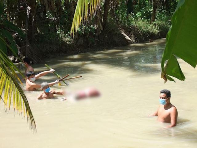 Người phụ nữ bị trói 2 chân, thi thể dìm bởi 5 thanh tre dưới mương nước
