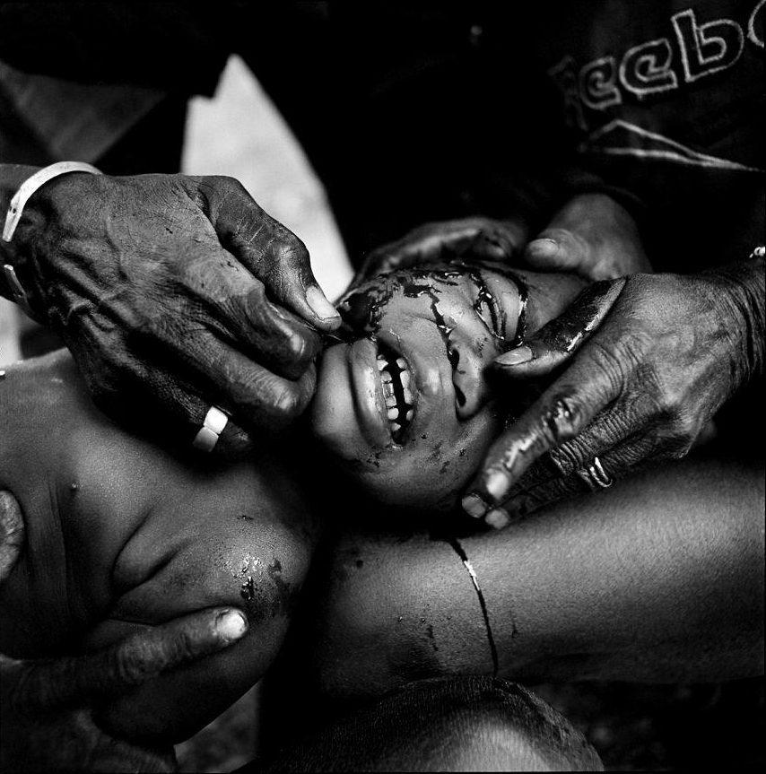 Phong tục khắc đầu trẻ em đáng sợ của bộ lạc châu Phi - 1