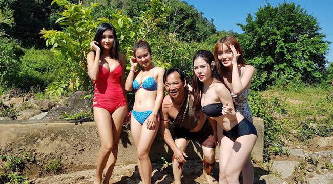 Trong phim, Quang Tèo hđóng cùng nhiều người đẹp. Anh cho hay, khán giả không nên nhìn vào việc diễn viên nữ ăn mặc gợi cảm mà cần chú trọng tới nội dung phim.