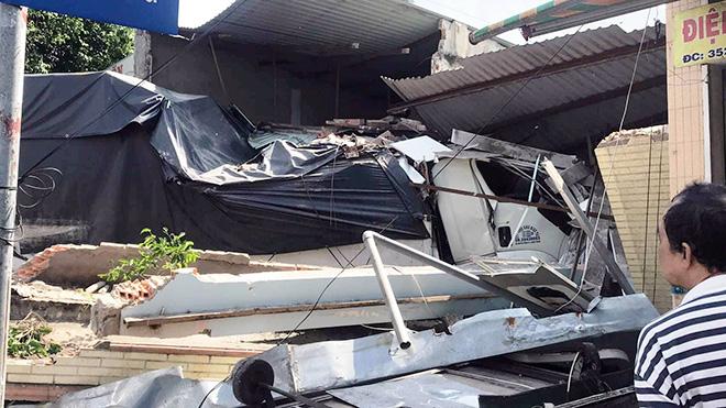Xe tải tông sập 2 nhà dân ở Sài Gòn, nhiều người gào khóc tháo chạy - 1