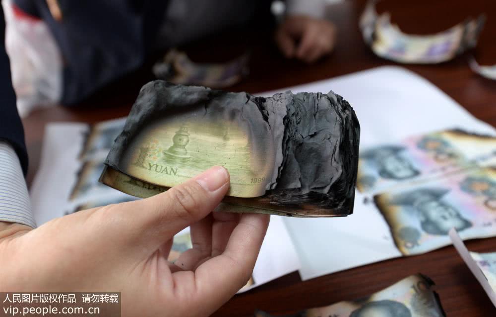 Ngân hàng có tâm: đổi hàng triệu đồng lấy bọc tiền cháy thành than của khách hàng - 1