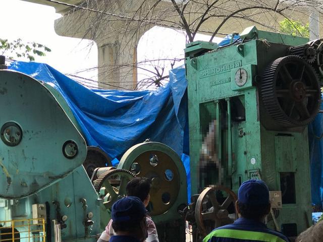 Kéo tấm bạt, rụng rời thấy thi thể người đã khô trên máy dập sắt