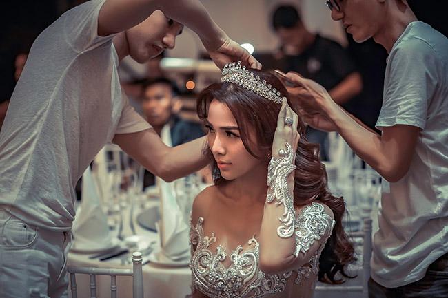 Sau 6 năm chung sống, tối 1.12, Ưng Hoàng Phúc và Kim Cương mới tổ chức đám cưới tại một nhà hàng ở TP.HCM. Đây được xem là hôn lễ đáng mong chờ nhất của showbiz Việt.