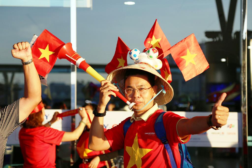 1543716758-649-dan-hot-girl-mang-bang-ron-sut-di-phuong-oi-dap-chuyen-co-sang-philippines-tiep-lua-dt-viet-nam-anh-3-1543716389-width1024height683.jpg