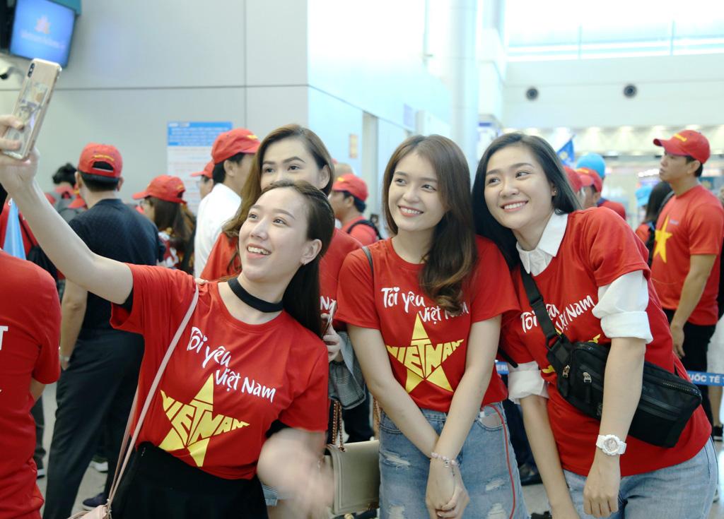 1543716759-864-dan-hot-girl-mang-bang-ron-sut-di-phuong-oi-dap-chuyen-co-sang-philippines-tiep-lua-dt-viet-nam-anh-8-1543716389-width1024height735.jpg