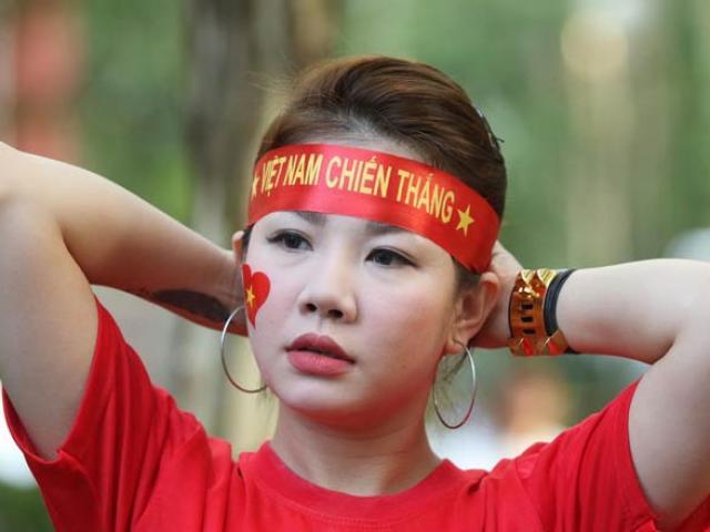 Fan nữ xinh đẹp Việt nô nức thổi lửa đại chiến Philippines
