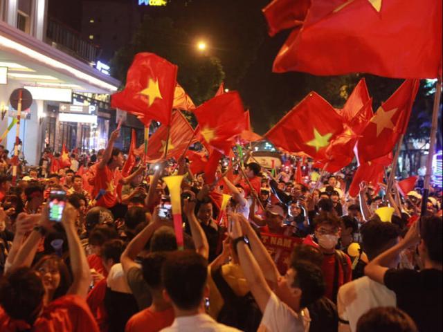 Vỡ òa sung sướng sau chiến thắng của tuyển VN, triệu fan đổ ra đường quẩy tưng bừng