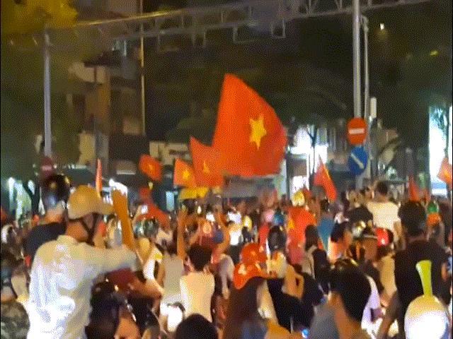 Người Sài Gòn vây quanh cúp vàng nhún nhảy trong niềm vui cực độ