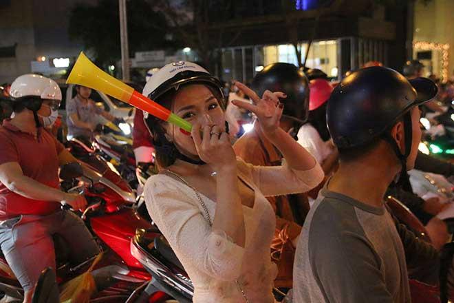 """Hot girl Sài Gòn """"bão lớn"""" mừng ĐT Việt Nam chiến thắng - 1"""