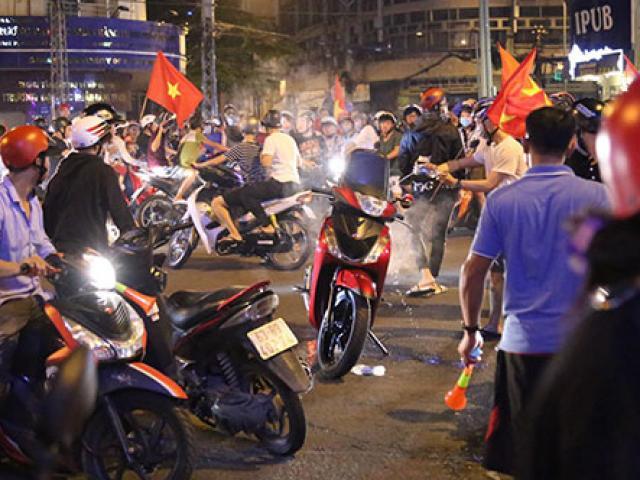 """""""Đi bão"""" đêm Việt Nam thắng Philippines, xe tay ga bốc khói giữa """"biển người"""""""