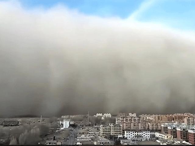 """Cảnh tượng bão cát như phim """"xác ướp Ai Cập"""" bao trùm thành phố"""