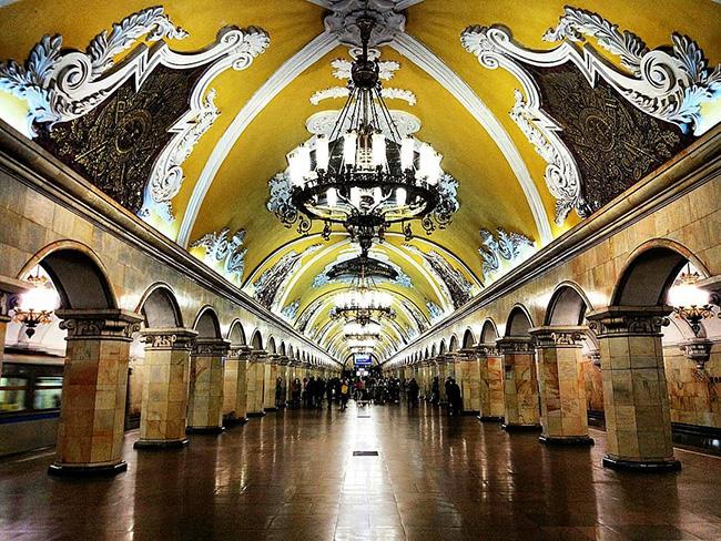 Đầu tiên, đó là những ga tàu điện ngầm, chúng rất đẹp được trạm trổ, trang trí như một bảo tàng, thậm chí một cung điện. Như trạm Komsomolskaya tại Moscow này, bạn có thể thấy trông nó giống như vừa được đưa thẳng ra khỏi một bộ phim cổ tích.