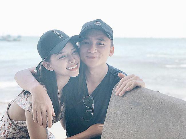 Mới đây, ca sĩ Phan Mạnh Quỳnh đã chính thức thông báo việc làm đám hỏi với bạn gái xinh đẹp sau 3 năm tìm hiểu.