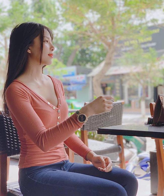 Khánh Vy sinh năm 1994, là người quê gốc Khánh Hoà.