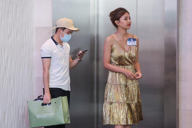 """Phan Mạnh Quỳnh""""hộ tống"""" bạn gái xinh đẹp của mình đến tận nơi và ngồi chờ tới khi kết thúc."""